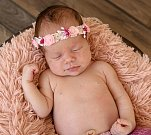 ELIŠKA HNYKOVÁ se narodila Vlaďce a Standovi 29. července ve 22.58 hodin. Vážila 3,305 kilogramu a měřila 52 centimetrů. Doma v Roztokách u Jilemnice už čeká i sestřička Stánička.