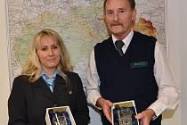 OBLÍBENCI. Průvodčí vlaku Petra Kudláčková a řidič autobusu Jiří Štefánek dostali ocenění za vítězství v anketě.