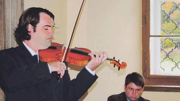 POCTA KARLU HALÍŘOVI. Autorovu skladbu Ukolébavka zahrál na vrchlabské vernisáži Eduardo Garcia Salas za doprovodu Radka Hanuše.