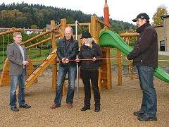 DĚTSKÉ HŘIŠTĚ slavnostně uvedli do provozu starosta Miroslav Vlasák a místostarostka Eva Rennerová.