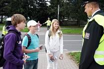 DĚTI dostaly od tiskového mluvčího trutnovské policie Udo Ertnera rozvrhy hodin, sešity  a kartičky s logem zebry.