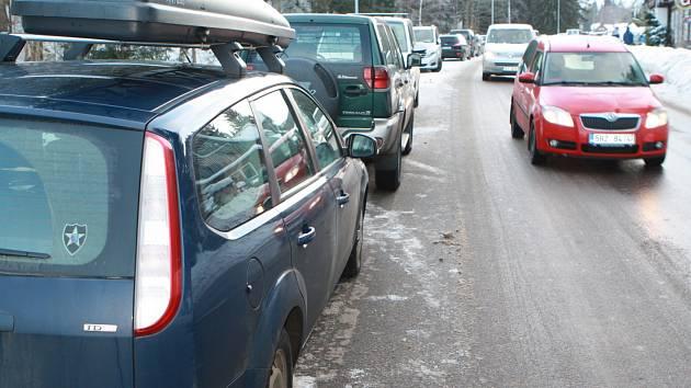 Parkování v Peci pod Sněžku v sobotu, kdy se ve městě konaly skialpové závody.