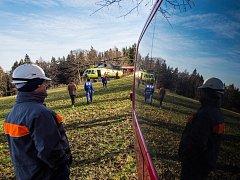 Osmnáctimetrový stožár vysokého napětí usadil u Žacléře vrtulník