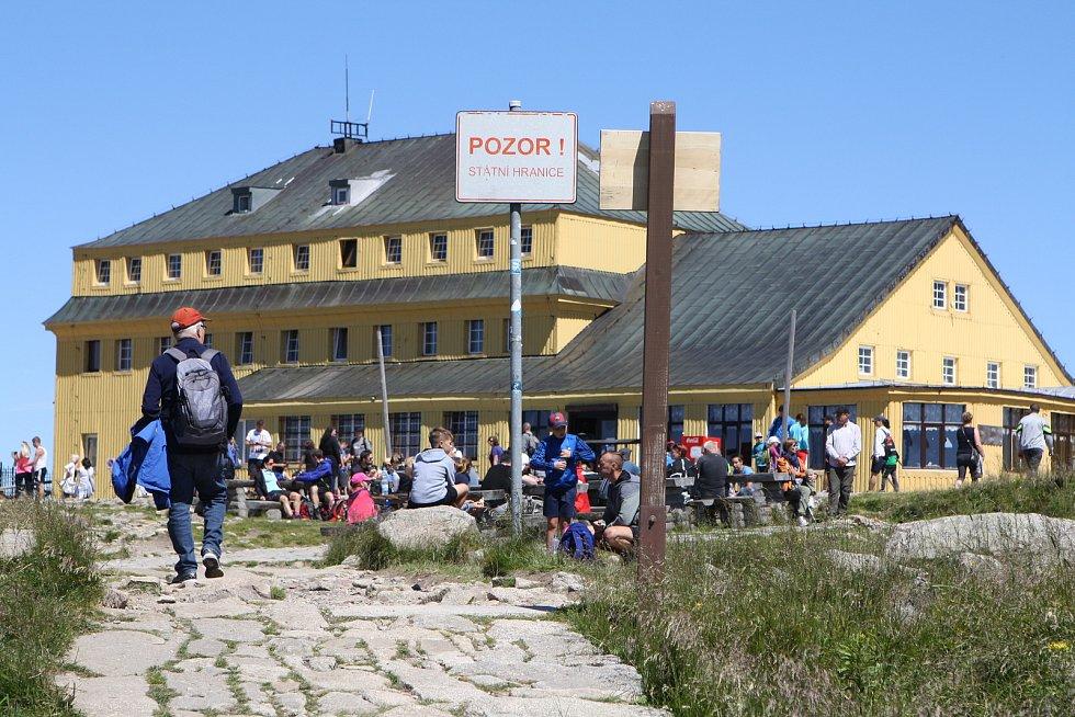 Přelidněná Sněžka. O prodlouženém víkendu se vydaly na nejvyšší českou horu stovky turistů, jak dokumentuje náš snímek od Slezského domu. Na opačné straně, od Růžohorek, začne letos oprava turistického chodníku.