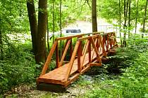 CESTA PŘES LIBEČSKÁ LUKA je nyní pohodlnější, neboť přes říčku Ličná lze využít novou dřevěnou lávku.