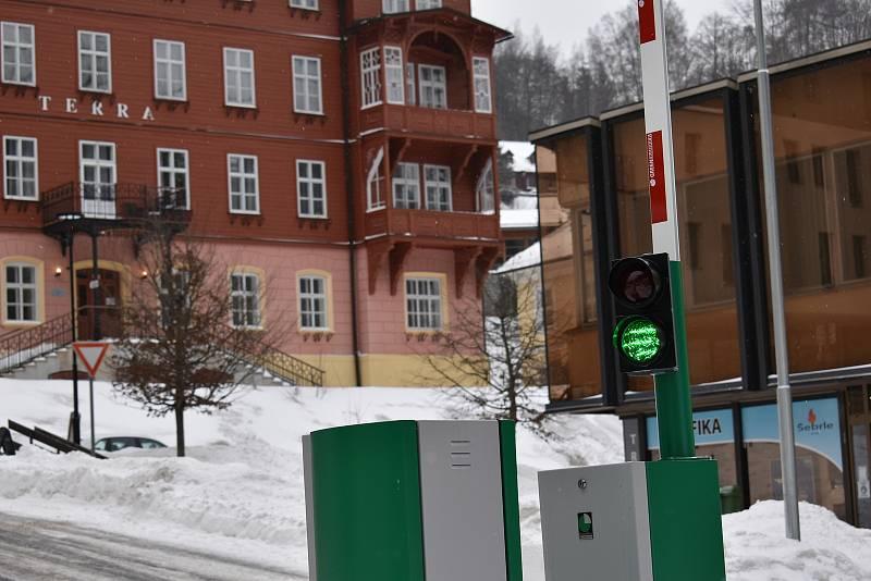 Od ledna je v Janských Lázních v provozu nové parkoviště v centru města, zatím je řidičům k dispozici přes den zdarma.