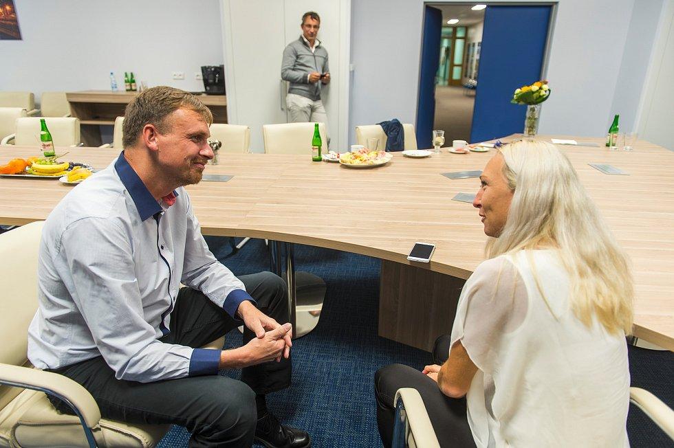 Eva Vrabcová Nývltová při rozhovoru s redaktorem Pavlem Cajthamlem pro Krkonošský deník.