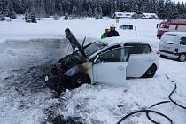 U penzionu v Krkonoších skoro shořel automobil.
