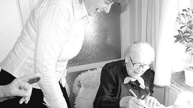 ELIŠKA ŠKODOVÁ SLAVILA STO LET. Čiperné babička v pohodě zvládla i podpis do pamětní knihy města.