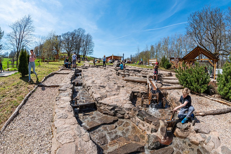 Areál Mladé Buky přilákal v neděli množství návštěvníků.