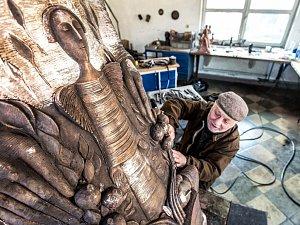Arménský umělec David Erevantzi, který má francouzské občanství a tvoří v Paříži, cizeluje poslední detaily vzácného díla v umělecké slévárně v Horní Kalné na Trutnovsku.