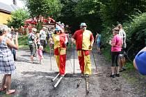 Kolem hájovny na lyžích běželi doktoři, tanečnice, mumie, olympionik i blb