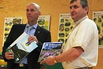 SPOLUPRÁCI tento týden ve Vrchlabí deklarovali ředitelé národních parků. Za Krkonoše Jan Hřebačka (na snímku vlevo) a za Syněvyr Mykola Derbak.