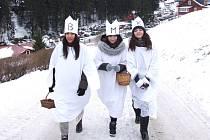 TÝM TŘÍ KRÁLŮ v krkonošské Peci pod Sněžkou si musí před sbírkou vždy pořádně namazat svaly. Vždyť ho vždy čeká nachodit pěknou řádku kilometrů po chaloupkách i hotelech. Letos mu v pokladničkách přistálo kromě českých korun i několik eur.