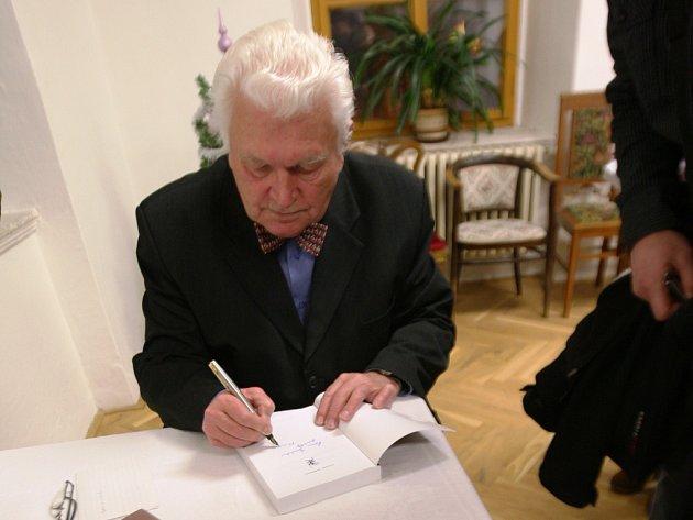 VLADIMÍR WOLF je nejen vedoucímu konzultačního střediska v Trutnově, ale také významným historikem, v letech 1999 2005 byl i děkanem Pedagogické fakulty Univerzity Hradec Králové.