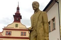 Masarykova socha se vrátila na úpické náměstí.
