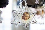 Piplačka. Výroba perličkových vánočních ozdob v Poniklé ve firmě Rautis prochází řetězcem ručních prací.