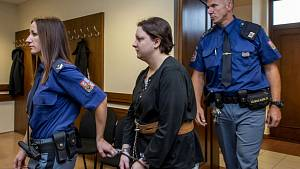 Petra Janáková byla odsouzená na třicet let za mřízemi kvůli loupežné vraždě. Teď se volně pohybuje na veřejnosti.