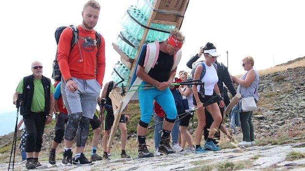 Horský nosič ze Slovenska vynesl na Sněžku 165,5 kilogramu