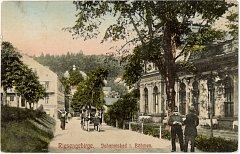 Před sto lety. Dobová fotografie ukazuje Janské Lázně kolem roku 1910. Vlevo je současný Janský Dvůr, vpravo budova hostince, která již neexistuje.