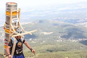 Obdivuhodný výkon. Zdeněk Pácha vynesl na Sněžku 211 kilo, tři plné pivní sudy, a zapsal se do české knihy rekordů.