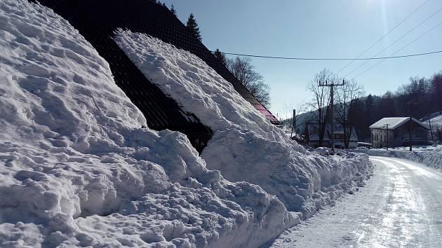Zásoby sněhu zaplnily také krkonošský Černý Důl.
