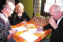 TY NEJLEPŠÍ pálenky, jež vybere odborná porota, může veřejnost každoročně ochutnat na Česko moravském koštu, který se koná v Havlovivích.
