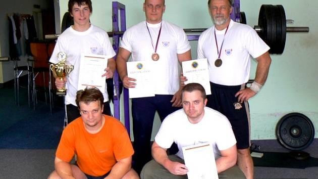 SK POWERLIFTING TRUTNOV – horní řada zleva: Tomáš Kalenský, Pavel Hurdálek, Libor Hurdálek; dolní řada zleva: Martin Hurdálek Bohuslav Šimek