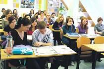 JAKO OBVYKLE si studenti zdravotnické školy mohli během přednášky prolistovat několik vydání Krkonošského deníku. Kromě toho se také do výuky aktivně zapojili. Například  Kristýna Jurigová své spolužáky vyfotografovala.
