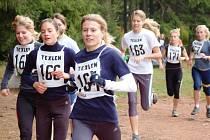 STARTEM v okresním kole zahájily trutnovské gymnazistky úspěšnou sérii, která vyvrcholila vítězstvím v republikovém finále – zleva: Karolína Kalašová (165), Tereza Opočenská (166), Hanni Hoigerová (161), Lenka Polzerová (163).