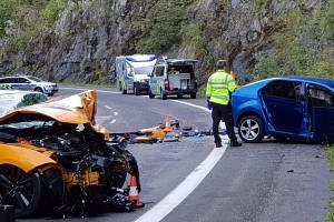 Tragická nehoda u Špindlerova Mlýna: čelní střet nepřežil jeden z řidičů.