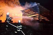 NA LIKVIDACI OHNĚ v Nové Vsi nad Popelkou se zapotily jednotky profesionálů i dobrovolných hasičů.