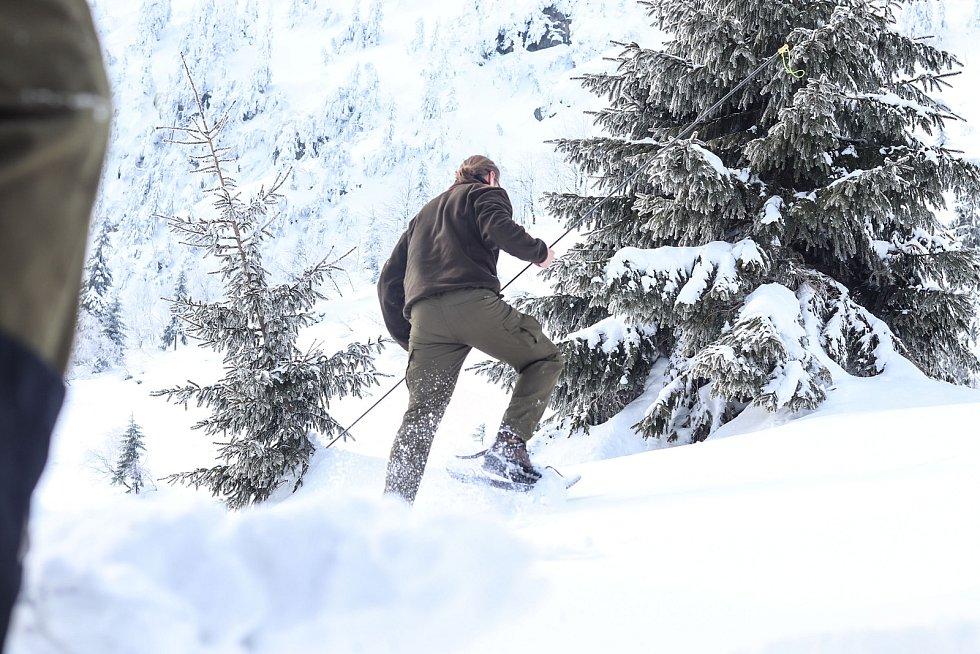 Měření rekordní výšky sněhu v Labském dole v Krkonoších.