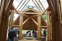 Dřevěný altán v areálu Hájemství