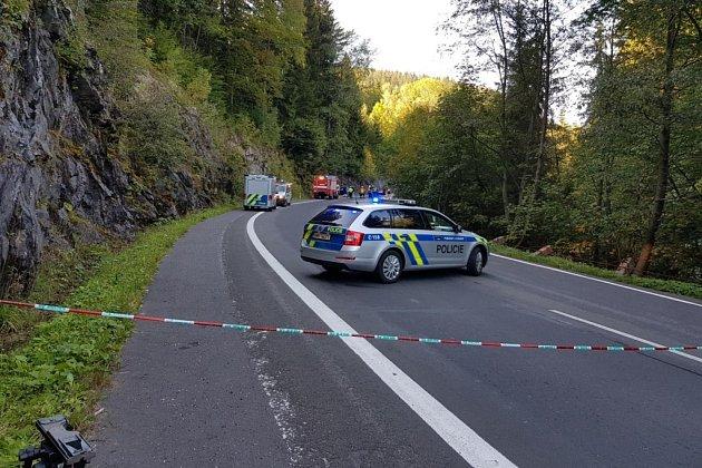 Tragická nehoda uŠpindlerova Mlýna: čelní střet nepřežil jeden zřidičů.