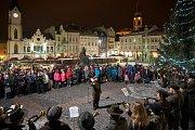 Vystoupení lesnických trubačů na trutnovském náměstí.