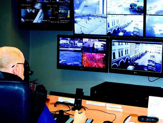 TRUTNOVSKÁ MĚSTSKÁ POLICIE má v současnosti třiadvacet kamer, díky nímž hlídá obsluha různá prostranství 24 hodin denně. Kromě trutnovských také úpická a rtyňská.