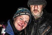 Noc venku 2018 ve Dvoře Králové nad Labem. Lidé si vyzkoušeli jaké je přespávat venku a to i v zimně jen s kartony. Portrét dvou bezdomovců.