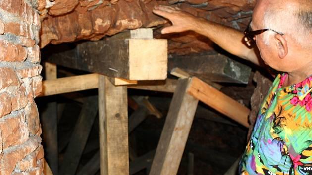 Majitel domu U studny Josef Beneš ukazuje trutnovský unikát. Znalec pojišťovny navrhl, aby při opravě místo spárování použil beton.