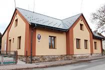 BUDOVA OBECNÍHO ÚŘADU v Hajnici září novotou. Během devíti let už je to osmý správní dům v majetku obce, který za pomoci dotace prošel nákladnou rekonstrukcí a úpravou.