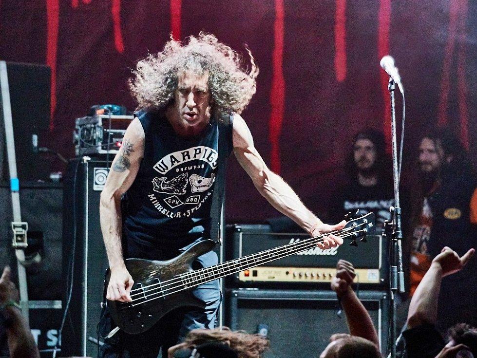 """Bojiště v extázi. Hodinové sobotní vystoupení legendární trash metalové skupiny Nuclear Assault přivedlo fanoušky do tranzu. """"Moc jsme si to užili,"""" povídal baskytarista Danny Lilker."""