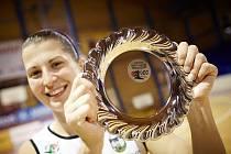 BLYŠTIVOU PAMÁTKU na svůj 400. zápas v nejvyšší domácí soutěži z rukou manažera Brauna převzala Milena Prokešová.
