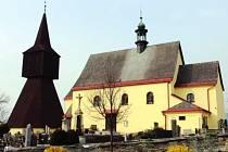 DOMINANTA. Na rtyňském hřbitově stojí zvonice už více než čtyři sta let. Spolu s kostelem tvoří dominantu celého města.