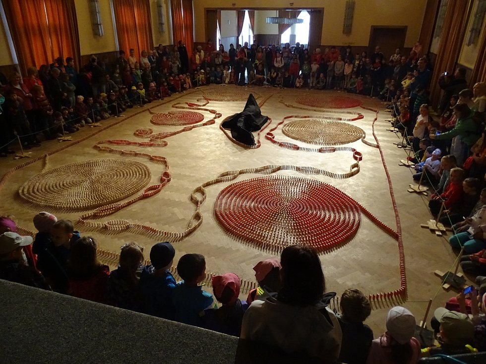 Sedm členů spolku Spolek Trutnov - město draka postavilo na ploše 7x11 metrů dráhu z 12 654 dominových kostek o rozměrech 5,8x2,8x1,1 centimetrů.