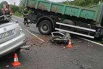 Při střetu octavie s nákladním autem zemřeli dva lidé.