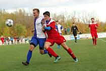 V TOMTO SOUBOJI si vrchlabský Tomáš Hampl (vlevo) se soupeřem z Kopidlna poradil, v utkání se ale radovali hosté.