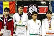 DVA STARŠÍ ŽÁCI vybojovali v novobydžovské hokejové aréně medaili. Nejcennější kov za první místo bral Jan Lisý (druhý zleva), bronz si na krk pověsil Tobiáš Chmelík (vpravo).