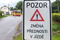 OPRAVY MOSTŮ byly důvodem několika uzavírek hlavního tahu z Trutnova do Krkonoš. Největší komplikace působily řidičům změny předností v jízdě.