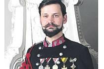UNIFORMA hudebníka spolku vojenských vysloužilců s pamětními medailemi z 1. světové války a tzv. střeleckými šňůrami c.k. armády. Modelem stál historik Jiří Louda.