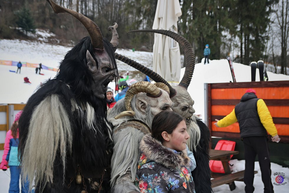Krampusáci strašili tentokrát v Mladých Bukách.